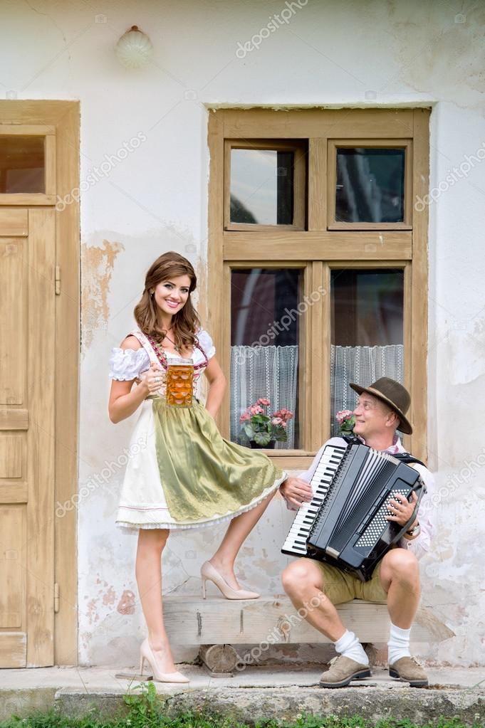 Yükle - Kaç geleneksel Bavyera giysiler içinde - Stok İmaj #122906790