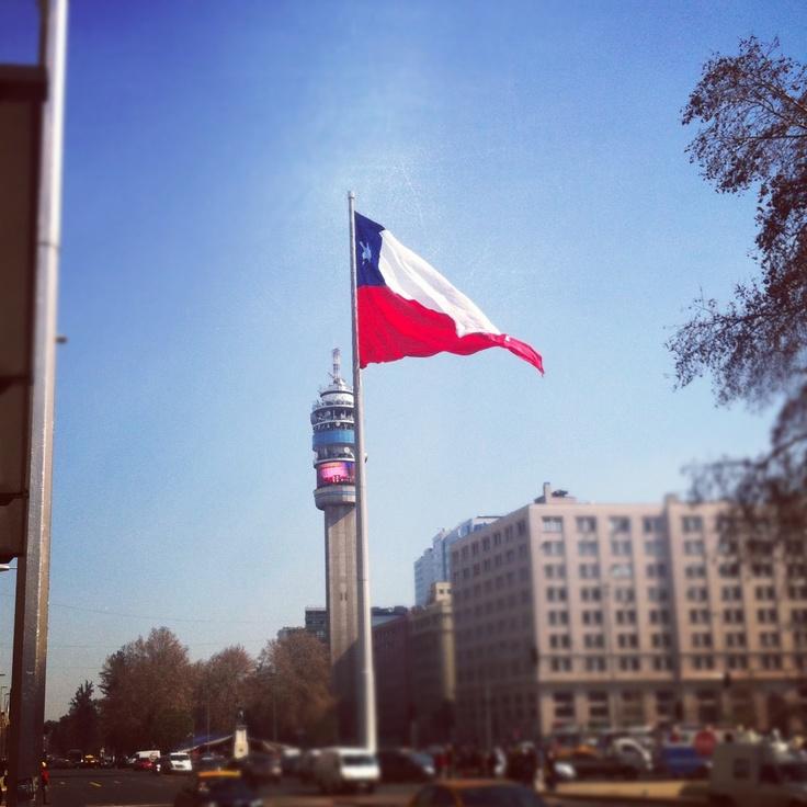 Bandera chilena flameando , con el cielo azulado ! ☀