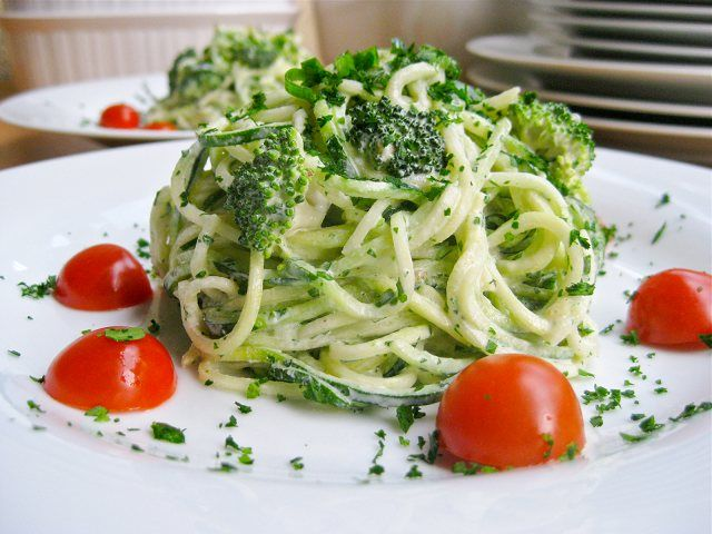 Raw Alkaline Alfredo - Looking for a quick easy healthy raw vegan alfredo pasta sauce? Just throw all the ingredients in your Vitamix blender and pour over raw noodles.
