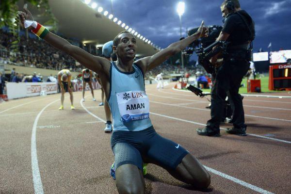 Mohammed Aman de Etiopía celebra su victoria en una de las pruebas de la Liga de Diamante de atletismo en Lausana, Suiza. (EFE)