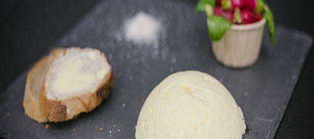 Le beurre fait maison à base de crème fouettée - Les gestes beurre en cuisine - Elle & Vire