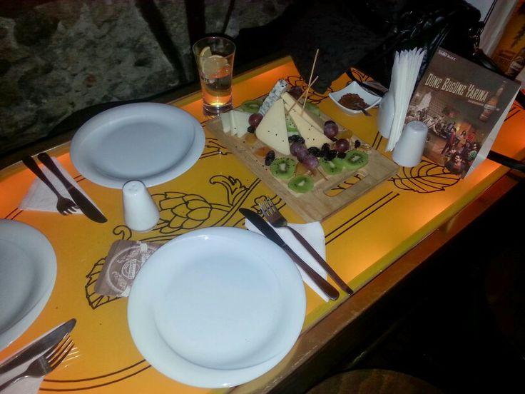 Şarap ve peynir tabağı