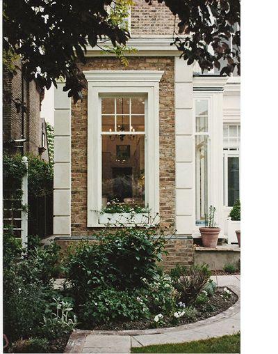 Esta é uma casa no estilo vitoriano, o que eles fazem no exterior é colocar a janela ( com moldura normal) e aumentam a moldura em concreto, como se fosse feito em gesso. Tag Architects - Victorian Detached House in Putney, South-West London, SW15