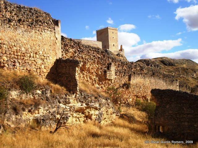 Restos de la muralla y una de las dos las torres almohades - s. XI y XII d.n.e. - restauradas de Uqqlis (Uclés, Cuenca)