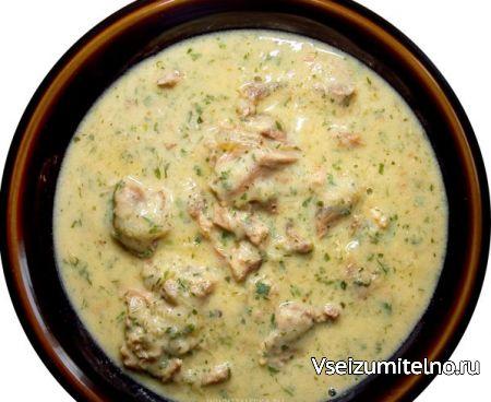 Чихиртма с курицей   Ингредиенты  Курица (весом 1-1.2 кг) - 1 шт. Яйца - 5-6 шт. Лук - 1 шт. Мука - 2 ст.л. Лимон Растительное масло Соль, перец - по вкусу.  Способ приготовления  Курицу разрезать на четыре части, залить 3 л. воды, посолить, отварить до готовности. Затем кусочки курицы вынуть, отделить мясо от костей. Бульон процедить.  Лук мелко нарезать. Обжарить лук на растительном масле до прозрачности.  Муку немного обжарить без изменения цвета. Затем муку охладить, добавить около 1…