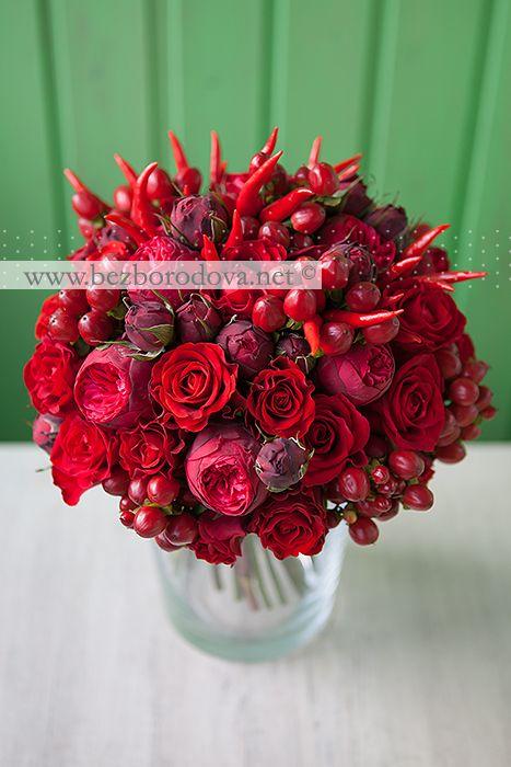 Свадебный букет из красных пионовидных роз с ягодами и перцами