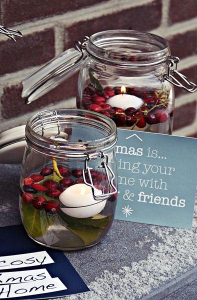 In glazen weckpotten heb ik verschillend kerstgroen gedaan. In een pot eucalyptus, in een andere laurier en in één kerstconifeer. daarna gevuld met water en daarna nog gevuld met cranberries en een drijfkaarsen .