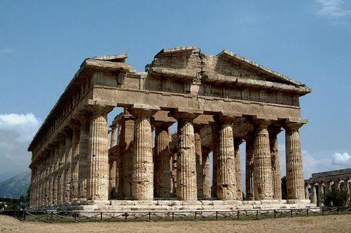 Templo de Poseidón en Paestum, de mitad del siglo V a de C época arcaica también llamado Hera II, pudo haber sido consagrado a Apolo.Es un templo de estilo dórico, es hexástilo y períptero. Tiene una particularidad en la decoración del collarino del capitel está dispuesta con hojas y vainas en el equino rodeado por flores de loto y rosetas, tambien la coronación del templo estaba realizada en terracota pintada de falsos canalones con cabeza de león y terminaba con antefijas en forma de…