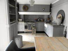 Mooie grijze keuken. Pak een kleur zodat het rustig en warm blijft.