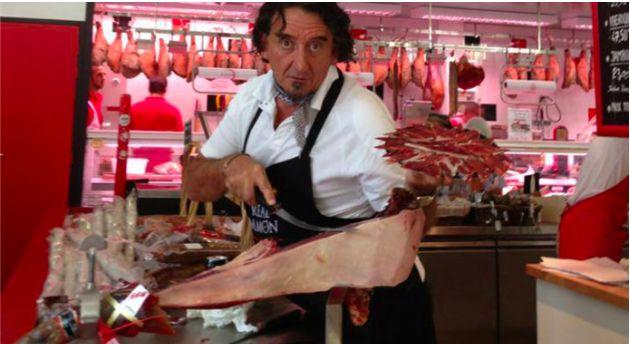 Pokrojenie hiszpańskiej szynki - bardzo proszę - rachunek 4 tysiące dolarów. Zaskoczeni? Z pewnością. Tyle należy zapłacić 'cortador de jamone', profesjonaliście. I chętnych nie brakuje. http://exumag.com/pokroi-szynke-ale-bedzie-cie-to-kosztowac/