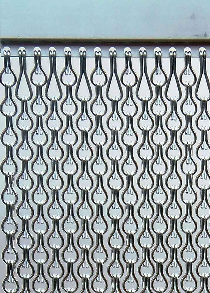 Cortinas de aluminio para puertas en color plata doble eslabón y medidas personalizadas. Detalle cadenas. #cortinas #cortinasmetálicas #cortinasaluminio #cortinascadena #cortinasbaratas