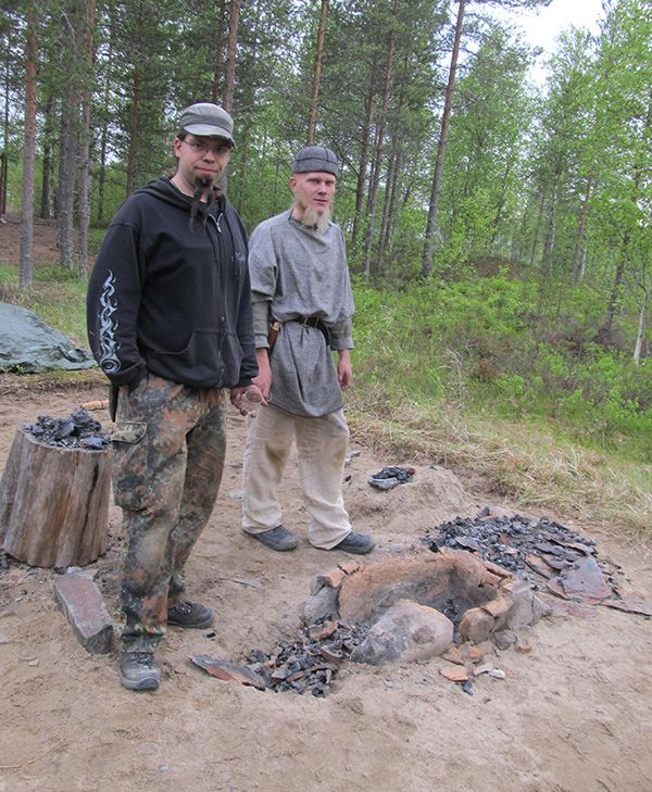 Joni-Pekka Karjalainen ja Juuso Vattulainen ovat tehneet kivikauden kylän perukoille kaksi esihistoriallista raudanpolttouunia.  Oulu (Finland)