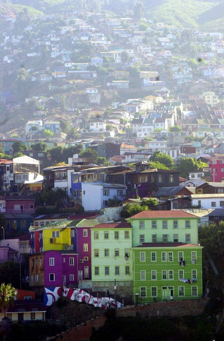 La destacada revista de viajes Travel + Leisure eligió a Valparaíso como una de las ciudades más coloridas del mundo. Además, la publicación hace una mención especial a los funiculares de la ciudad.