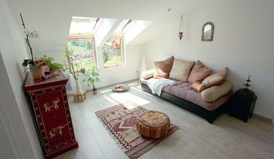 """À une fenêtre de toit classique, on peut associer une fenêtre fixe en allège faisant office de garde-corps. On profite ainsi d'un apport maximal de lumière et d'une vision à la fois sur le ciel et le paysage. Les fenêtres verticales offrent plusieurs types d'ouverture : à soufflet basculant (VFE) ou à ouverture oscillo-battante. """"Verrière d'angle GGL+ VFE"""", prix sur devis, Velux."""