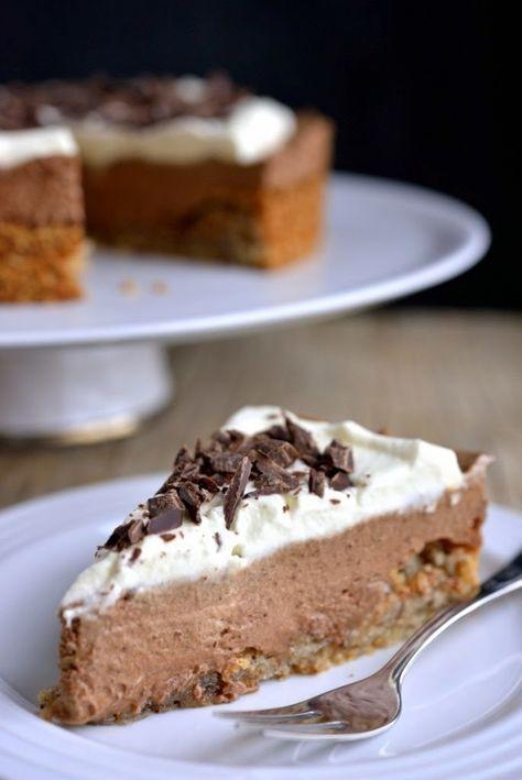 Sprø nøttebunn med fløyelsmyk sjokolademousse, toppet med luftig krem. Ja, takk! Denne kaken passer like godt til kaffen som til en avslutning på en god middag. Og den kan gjøres nesten helt ferdig i god tid før servering. Den salte smaken i munnen mot det søte var magisk. Denne kaka blir nok med på mange …