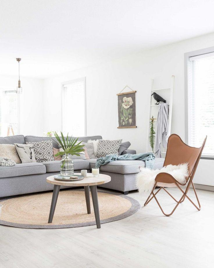 lichte kleuren in woonkamer | light colors in livingroom | vtwonen binnenkijken special 2016 | photography: Hans Mossel | styling: Sabine Burkunk