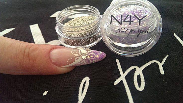 Gele negle design, med glimmer og beads. Produkter fra Nail4you.dk  Lækker lilla negle glimmer i mandel formede negle