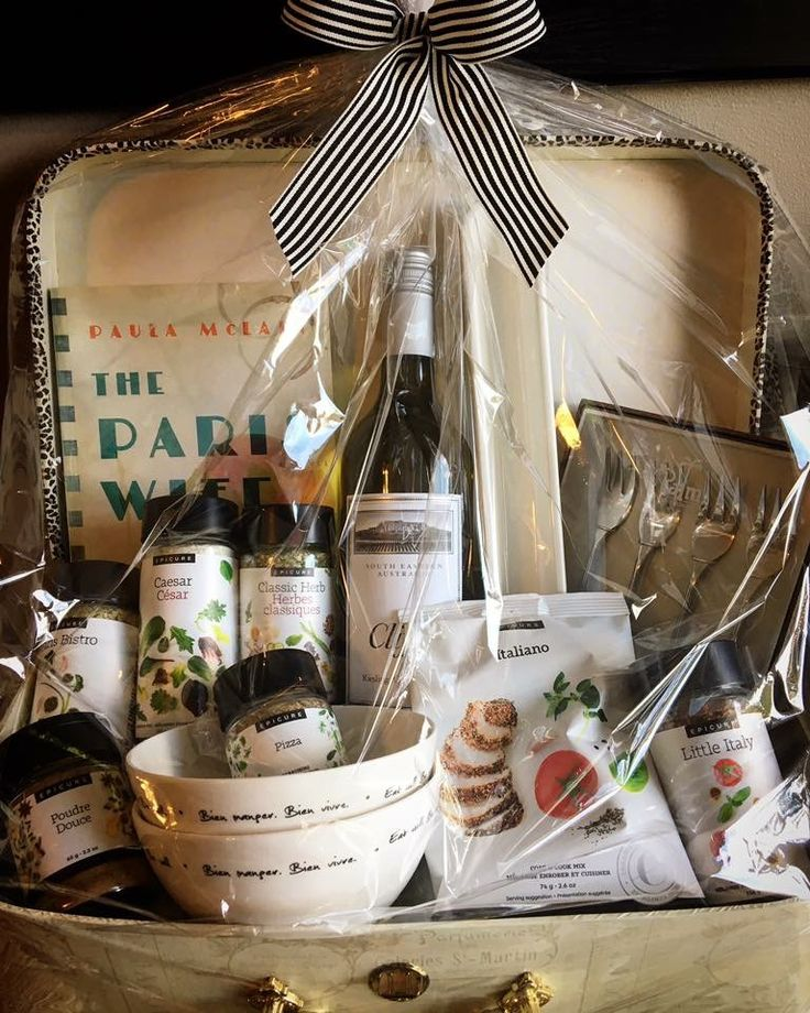 One of May favourite gift baskets I've ever made. An Italian/Paris  Themed wedding  gift basket. A few of my all time favourite Epicure products are in this basket, Little Italy Finishing sauce, Italiano coating, and Paris bistro. As always I add a bottle of vino and a book that match for the bride to be ❤️❤️❤️❤️ #365daysofepicure