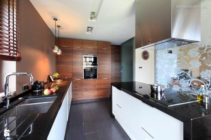 słupek z piekarnikiem w kolorze drewna/ kuchnia biała/inny blat
