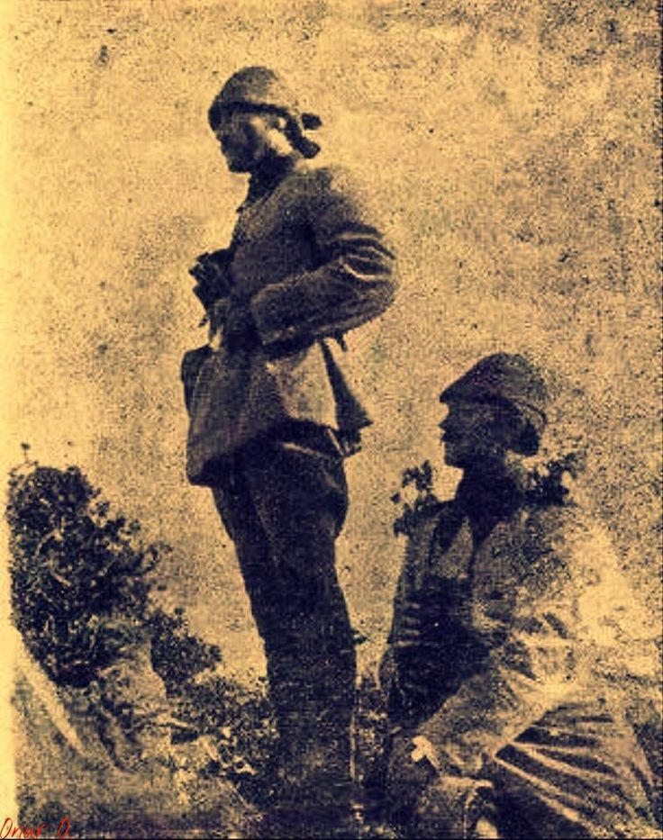 Atatürk Çanakkale savaşında siperde dimdik ayakta. Eşsiz ender ve önder olabilmek böyle birşey olsa gerek.