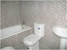 Promoción de viviendas en Coria del Río (Sevilla) en las calles Tinajerias, 41 y Gallo Azul, 2. viviendas a estrenar (de 63,57 a 110,4 metros cuadrados) y dúplex con terraza o patio de 1, 2 y 3 dormitorios. Imagen del cuarto de baño de una de las viviendas.