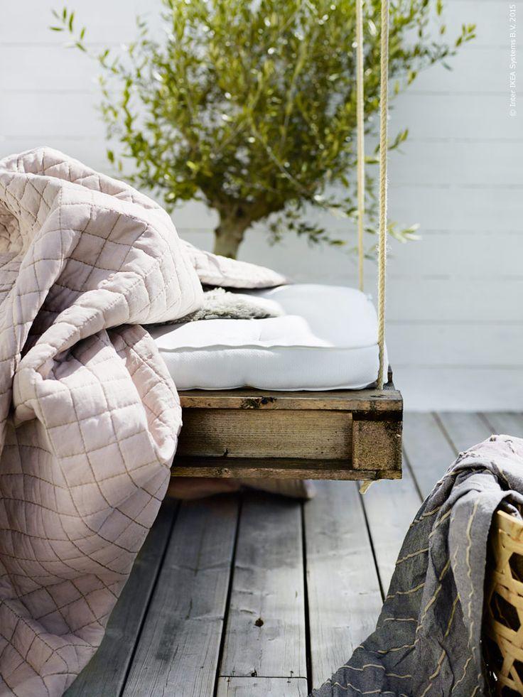 En rustikt naturnära färgskala med strukturer i linne, fårskinn, drivved och hampa skapar den ljuva sommarfräscha känslan. TUSTNA bäddmadrass, LUDDE fårskinn. Härligaste sommartäcket får du med linneöverkastet STRANDVETE med tillhörande kuddfodral.