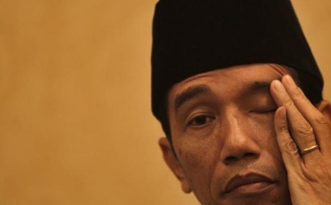 #Jokowi #DPR Usulan kenaikan gaji presiden mendapat kritikan dari sejumlah pengamat politik yang secara tegas menyatakan wacana itu justru akan menjerumuskan Presiden Jokowi yang dikenal kesederhanaannya. Selain Jokowi yang tampil sederhana, wacana ini justru sangat nyeleneh dikarenakan kondisi ekonomi negara yang sedang kritis. Kalau gaji ini dinaikkan justu akan menjerumuskan presiden yang didukung PDIP itu. Karena akan menyakiti hati rakya