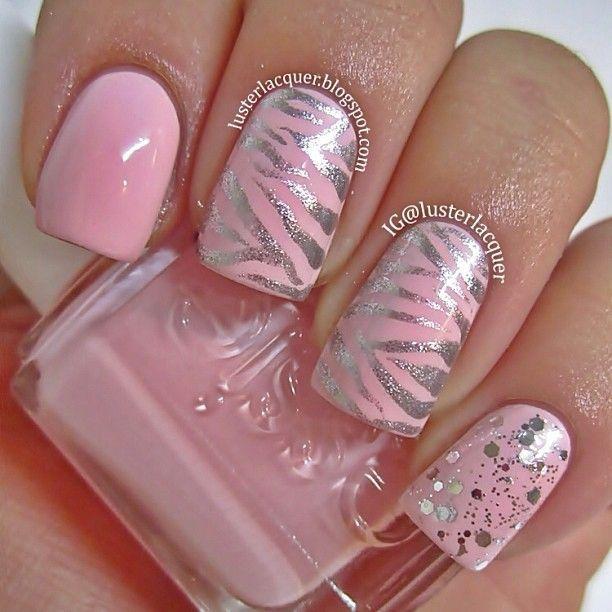 Uñas en rosa pastel decoradas con estampados de zebra en color plata - Uñas Pasión
