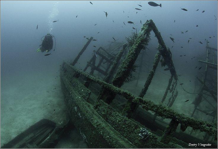 Тихий океан. Маленький остров Капалаи. Останки рыбачье деревни, стоящей когда-то на сваях. Теперь на сваях стоит отель, а рыбацкие лодки и хижины - на дне...