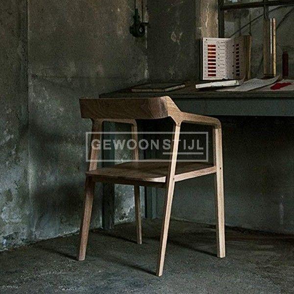 Het subtiele design van de Kundera stoel is in elk onderdeel van de stoel te zien. Van de toelopende onderkant van de zitting tot aan de gebeeldhouwde armen. Rondom de eettafel of onder een bureau, de Kundera zorgt voor een moderne en natuurlijke uitstraling. | Gewoonstijl | www.gewoonstijl.nl