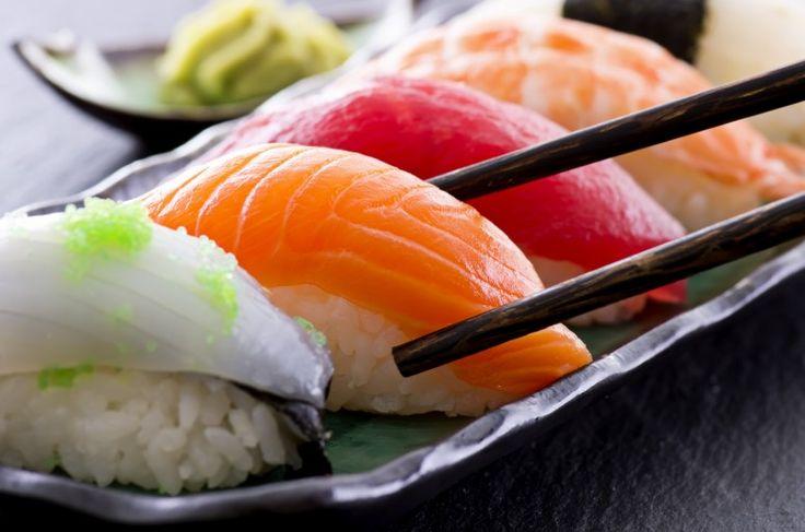 Uno de los principales ingredientes del #sushi es el pescado crudo. ¿qué riesgos conlleva tomarlo en el #embarazo? Si no es tratado correctamente antes de comerlo puede ser fuente de bacterias y parásitos. Más en matterna.es