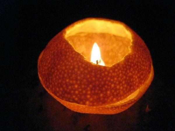 Pasos para fabricar una lámpara de aceite usando una naranja. Barata, sencilla y cumple su función perfectamente.