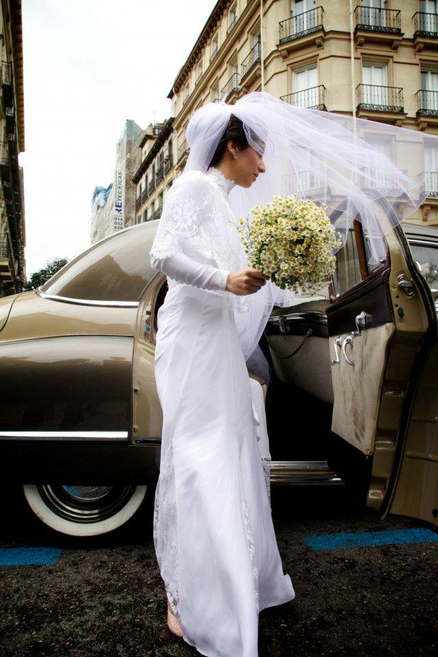Algo de segunda mano, el vestido de su madre. Casilda se casa