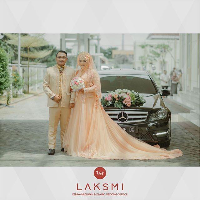 Apa kesan pertama saat Sahabat Laksmi melihat busana pengantin islami berwarna peach ini?  .  Waah warnanya cerah namun terlihat tetap soft ini terkesan feminim ini cantik banget yaa. Cocok juga dengan warna kulit perempuan Indonesia  Jadi kalau Sahabat Laksmi mengenakan busana pengantin ini di hari pernikahan nanti, dijamin tidak salah pilih .  .    #laksmi #laksmikebayamuslimah #kebayalaksmi #laskmiislamicweddingservice #laksmigown #kebayamuslimah