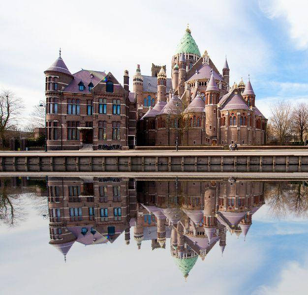 Kathedraal St Bavo Haarlem aan het water