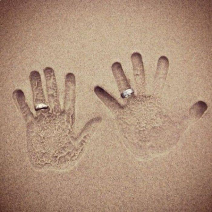 Leuke manier om trouwringen te fotograferen bij een bruiloft op het strand.