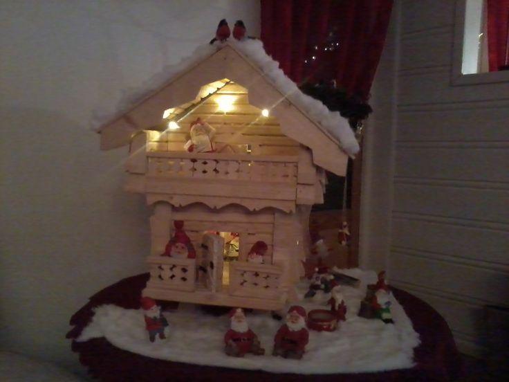 Julepyntet stabbur med nisser