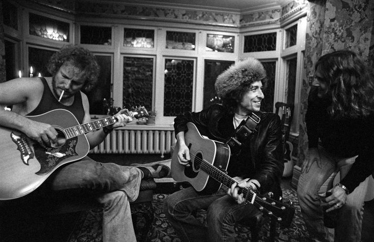 bob-dylan-in-fur-hat-at-gordon-lightfoots-house-in-toronto-with-gordon-lightfoot-left-and-roger-mcguinn-right