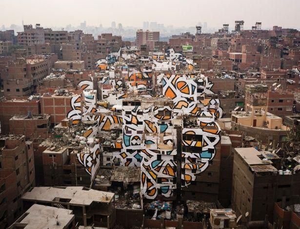 Mural gigante faz homenagem a catadores de lixo, 'segunda classe' no Egito | Criado pelo artista eL Seed no distrito Manshiyat Naser
