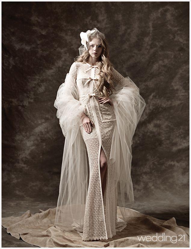 미니멀 디자인에 리본 디테일로 사랑스러움을 더한 드레스. 마치 롱원피스를 입은 듯 캐주얼한 감각이 돋보인다. 가격미정. 갤러리A