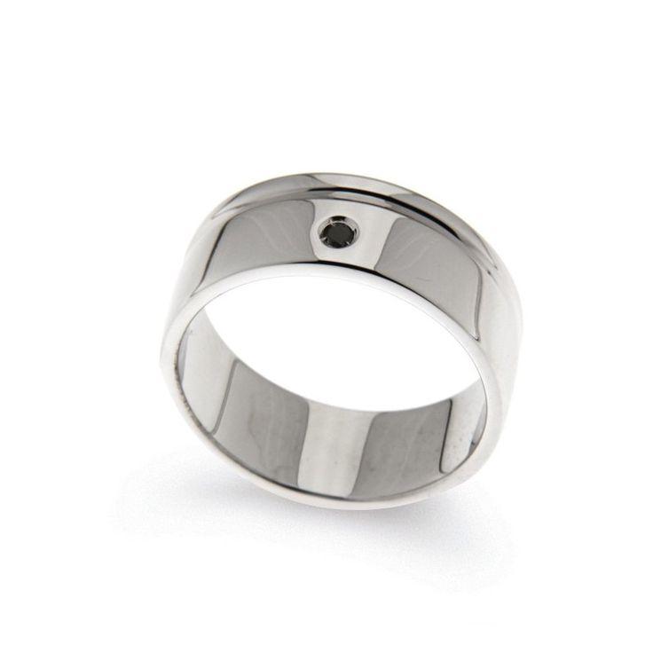 Chi ha detto che solo le donne sono amanti dei gioielli? Per l'uomo audace che vuole caratterizzare il proprio look, ecco l'anello con #diamanteblack dal design deciso e accattivante! #gioielliuomo #Orsini #HandmadeItalianJewellery