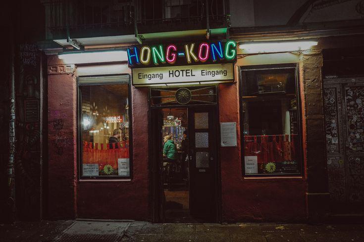 Das Hong Kong Hotelauf dem Hamburger Berg ist die Institution, wenn es um ausgelassene Kiez-Nächte geht, die niemals enden wollen. Wir haben mit einem kühlen Blonden am Tresen Platz genommen–Barmann Tony hat aber schnell dafür gesorgt, dass wir nicht lange sitzenbleiben. Es wurde gespielt, getanzt und...jede Menge Astra getrunken! Liebe Freunde des gepflegten Rausches, das …