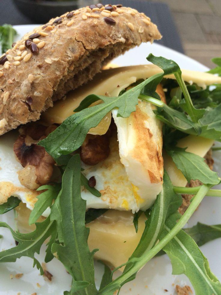 Lunchtime! Vers afgebakken meergranenbroodje met jong belegen kaas, rucola, noten en een omelet