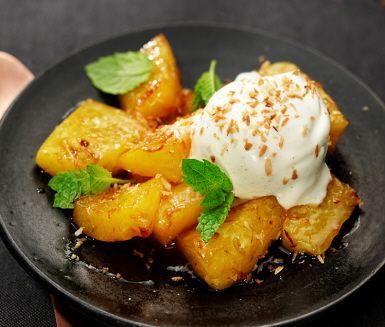Fruktdesserter är både fräscht och gott: här har vi en exotisk variant med rostad kokos, stekt ananas, lime och mynta. Den som vill kan smaksätta med lite mörk rom.