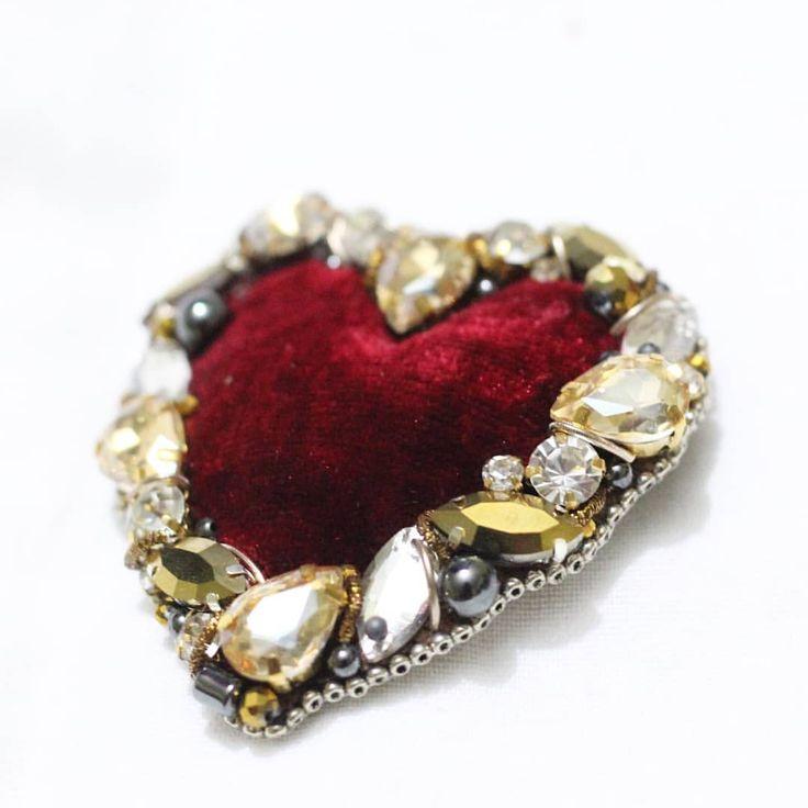 Вот оно, главное сердце этого февралявообще задумывала Брошку в стиле D&G, вдохновлённая одним образом из новой коллекции не знаю уж, вышло ли, но мне очень нравится ❤️ В Работе использованы: индийский бархат, индийская канитель, стразы Сваровски, богемское стекло, бусины из натурального камня, хрусталь, чешские рондели. Брошь в свободной продаже, размер 7 на 6 см, стоимость 3000р❤️