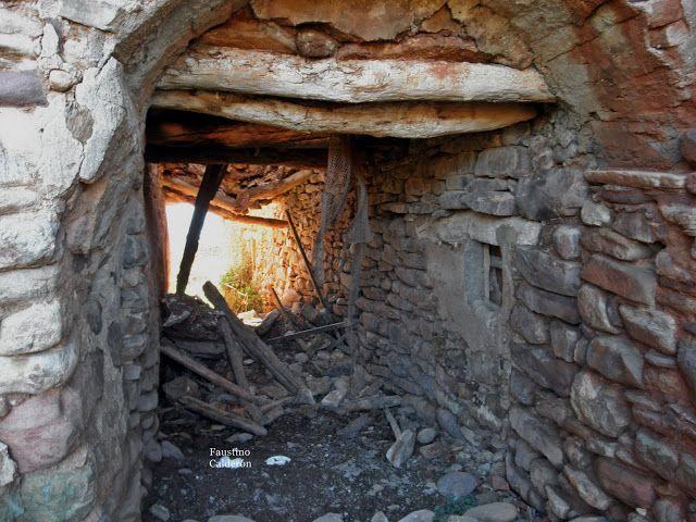 Pueblos deshabitados: La Bastida de Bellera #pallarsjussa #despoblats #pueblosabandonados #vallfosca Baixos Casa Ricou que donaben accès a l'únic carrer del poble.