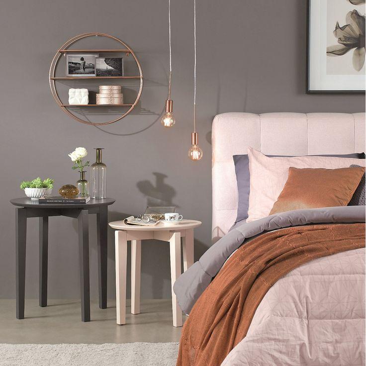 Personalize o seu quarto utilizando diferentes opções de criados-mudos, luminárias e acessórios. #Dormir #Industrial #Mesa #Cama #Prateleira #Cobre #Luminária #Industrial