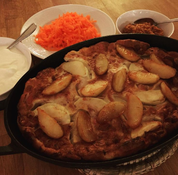fläskpannkaka ugnspannkaka! (pannkaka, rökt sidfläsk/bacon, äpplen) Serveras med lättvispad grädde, romflamberade & sockerkanderade äpplen, rivna morötter och punschhjortron! Äpple !!!