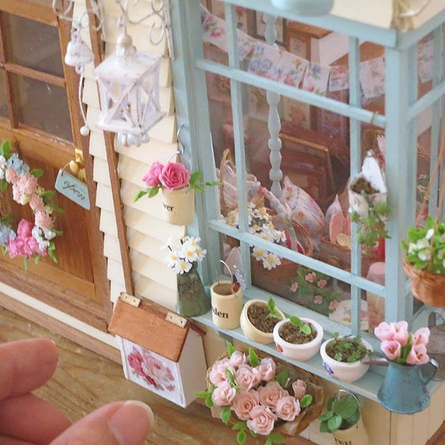 お店の入り口と出窓・・・ ウェルカムリースとお花たち #handmade#miniature#dollhouse#flower#welcomewreath#window#shop#antique#clayflower#garden#rose#interior#display#ハンドメイド#ミニチュア#ドールハウス#花#フラワー#クレイフラワー#ウェルカムリース#バラ#ガーデン#ガーデニング#出窓#インテリア#ディスプレイ#雑貨#雑貨屋さん#アンティーク#アンティーク風