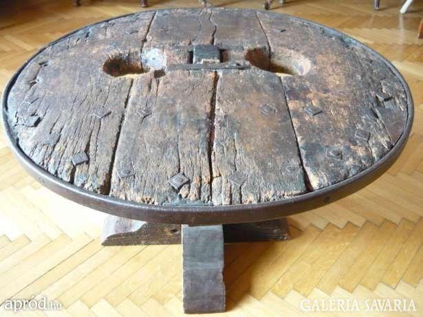 Szekérkerék asztal